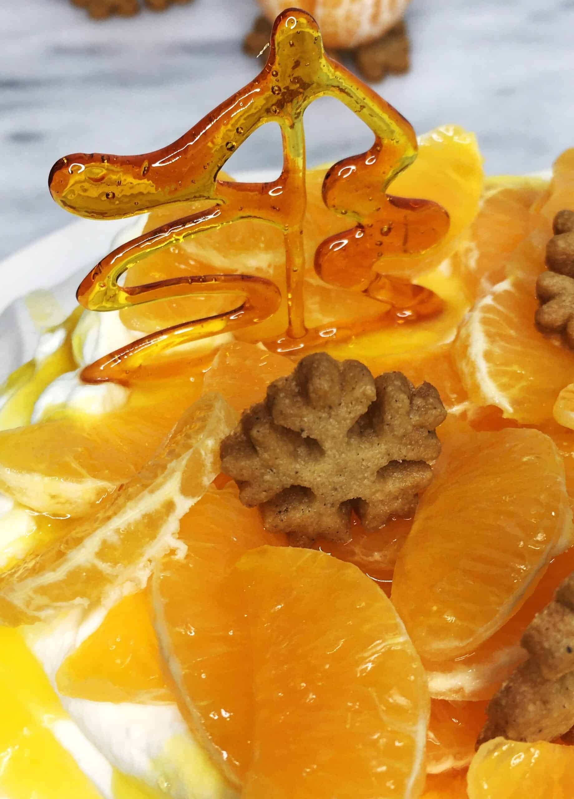 Gingerbread Pavlova cake decorated with mandarins and caramel tree: Close up