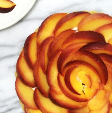 French peach tart with peaches arranges in a pretty flower design: Overhead view